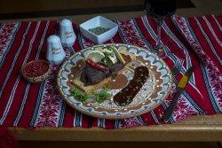 Mușchi de vită Chateaubriand servit cu sos Béarnaise/Chateaubriand beef tenderloin with Béarnaise sauce    image
