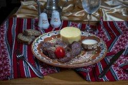 Pastramă de oaie la ceaun cu mămăliguță și mujdei de usturoi/Lamb pastrami with polenta and garlic sauce image