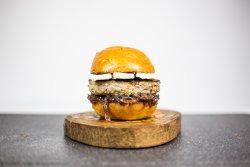 Burger cu chutney de ceapă roșie și brie image