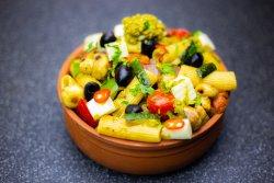 Rigatoni cu legume la tigaie și pesto image