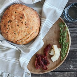 Focaccia pufoasă cu roșii uscate, măsline și parmezan image