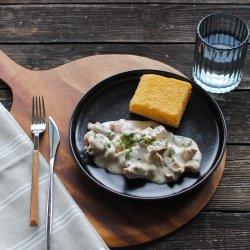 Pui în sos de smântână și ciuperci, cu mămăligă friptă image
