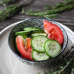 Salată de roșii cu castraveți image