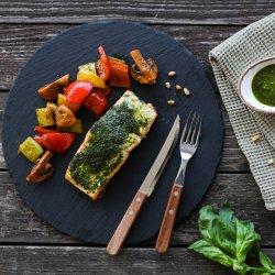 Somon la cuptor în crustă de pesto și sote de legume image
