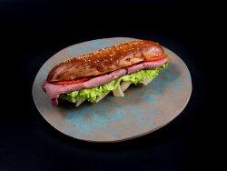 Baghetă cu jambon de vită și brânză maturată image