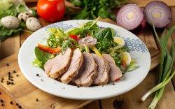 Salată cu roșii și carne de curcan image