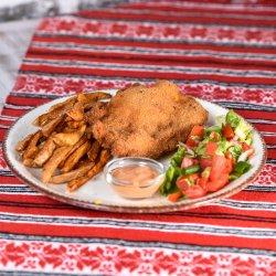 Șnițel de pui cu cartofi aromatizati si salata asortata de sezon image