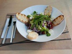 Salată grecească cu baghetă la grătar image