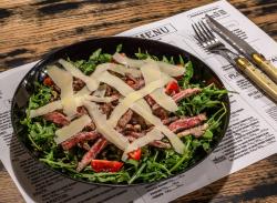 Salată cu antricot de vită, rucola, parmesan și roșii cherry 350g           image