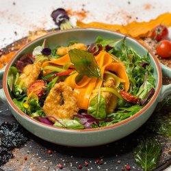 Salată cu creveți crocanți image