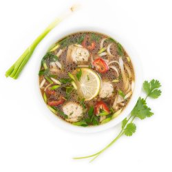 Supă vietnameză pho cu perișoare de porc image