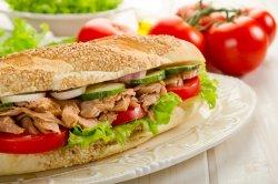 Sandwich cu piept de pui la gratar image