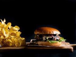 Burger cu brie și dulceață de afine image
