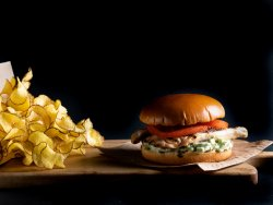 Burger cu piept de pui și avocado image