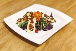 Halloumi la grill cu salată fresh image