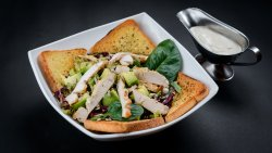 Salată de avocado cu pui image