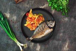 Dorada întreagă la grătar cu tagliatele din legume image