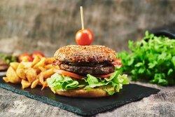 Cheeseburger cu bacon, ceapă caramelizată & cartofi prăjiți din cartofi proaspeți image