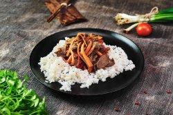 Vită asiatică cu legume crocante & orez sălbatic image