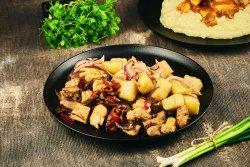 Tigaie picantă de porc și pui & cartofi țărănești image
