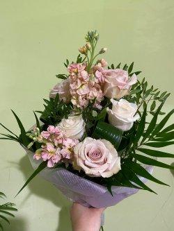 Buchet cu Mathiola și trandafiri