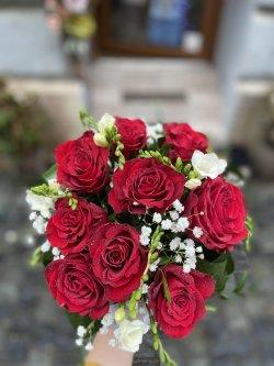 Buchet de trandafiri roșii și fresia
