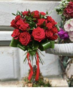 Buchet trandafiri roșii și Aspidistra