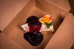 Cheesecake făcut în casă cu sos de fructe de pădure image