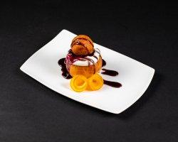Papanași cu smântână și gem de afine image