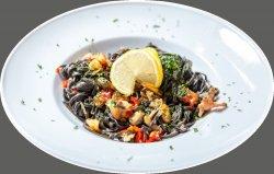 Tagliolini al nero di sepia con frutti di mare image