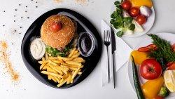 Hamburger, cartofi prăjiți și sos image