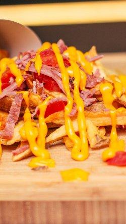 Cartofi prăjiți cu bacon, roșii si cheddar image
