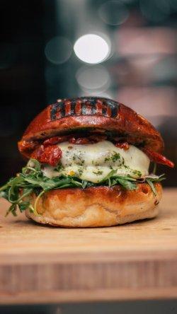 Burger cu brânză de capra image
