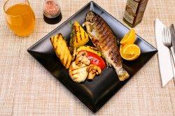 40 % OFF Păstrăv la grill cu legume și mămăliguță la grătar  image