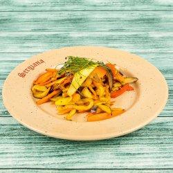 Spaghete de legume și roșii coapte image