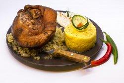 Ciolan de porc afumat pe varză călită,sos hrean image