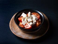 Salată de pătlăgele roșii cu brânză image