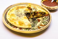 Plăcintă cu ciuperci și sos de iaurt cu usturoi