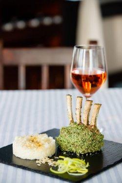 Cotlet de berbecuț în crustă de ierburi și cu legume provençale