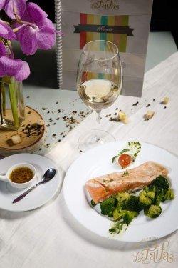 Somon auriu cu sos de lămâie și broccoli
