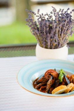 Tentacule de caracatiță cu sos pescăresc și crutoane aromatizate