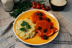 Orez cu curry si sos mediteranean cu sos roșu image