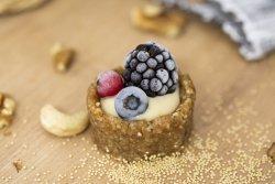 Mini tarte cu jeleu de zmeură , fructe de pădure și vanilie image