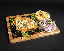 Piept de pui cu piure și salată coleslaw image