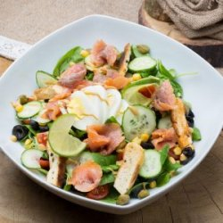 Salată cu somon afumat