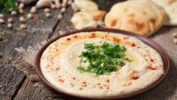 Hummus cu muguri de pin