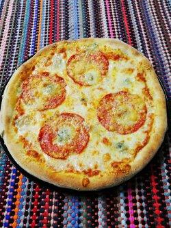 Pizza 4 feluri de brânză 1+1 Gratuit + Suc gratis image