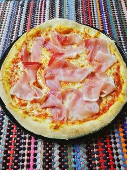 Pizza cu șuncă crudă 1+1 Gratuit + Suc gratis image