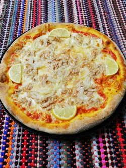 Pizza cu ton 1+1 Gratuit + Suc gratis image