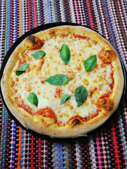 Pizza margherita 1+1 Gratuit + Suc gratis image